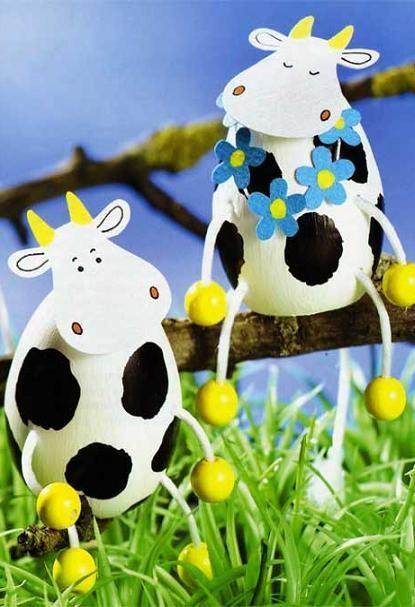 Вообще все поделки из яиц больше относятся к декору, так как использовать в практичном плане почти невозможно. Например, очень милая коровка для сада или большого растения дома.