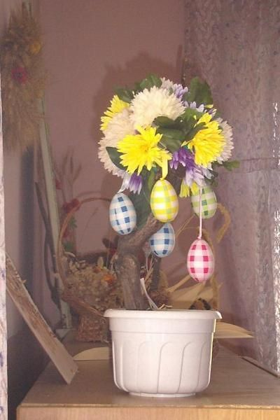 Каждый год по новостям я видела, что в разных городах есть традиция обвешивать одно дерево яичками. Так почему бы дома такое не сделать.