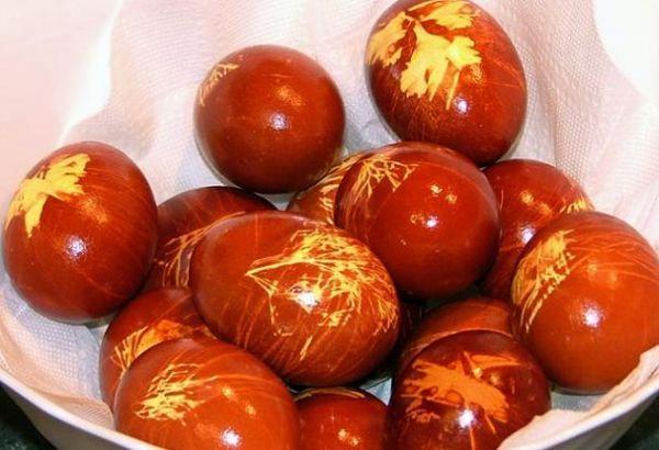 Раньше не было красителей, поэтому использовались подручные средства. Здесь, к примеру, к яйцу приматывали листки трав, которые при окрашивании оставляли вот такой рисунок.