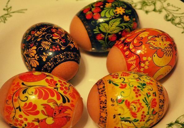 Я считаю, это один из самых легких способов купить дешевую наклейку, одеть на яйцо и опустить на несколько секунд его в кипяток.