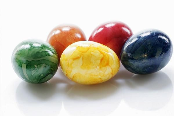 Такой небрежный вид делается очень легко. Кладется яйцо в столовую ложку с раствором красителя и катается в ней, пока не появятся разводы.
