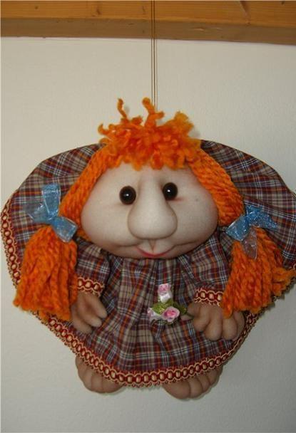 Такая кукла часто служит в доме вместо домового, как оберег при входе. В ней есть небольшой секрет, сзади у нее видно попу (современный посыл нечистой силе).