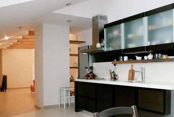 Достаточно маленькая и компактная кухня. Большинство техники спрятано в шкафы, поэтому она не загромождает визуально пространство.