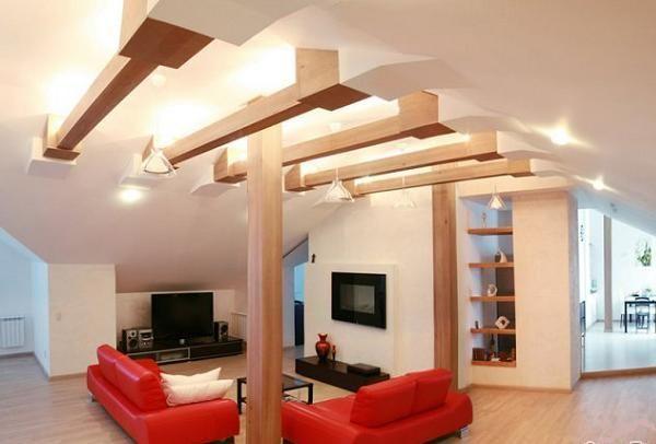 Начну я с интерьера небольшого одноэтажного частного дома. На этом фото видно гостевую зону. Особую атмосферу создают деревянные подпорки и балки.