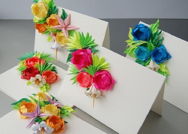 Бумажные цветы очень красиво смотрятся на самодельных открытках. Главное их крепко приклеить, чтобы не отпадали.