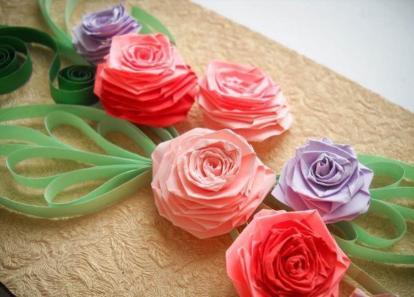Очень симпатичные розочки из цветной бумаги, которые смастерили для украшения на подарочную упаковку.