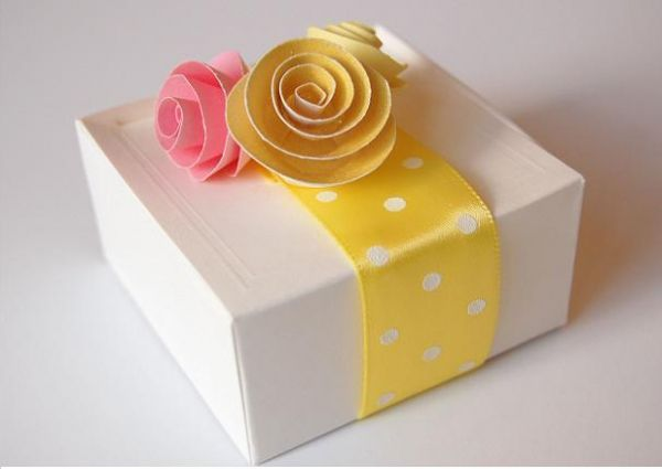 Любой подарок, созданный своими руками бесценный, но он еще должен быть красивым. Эти цветы очень уместно смотрятся.