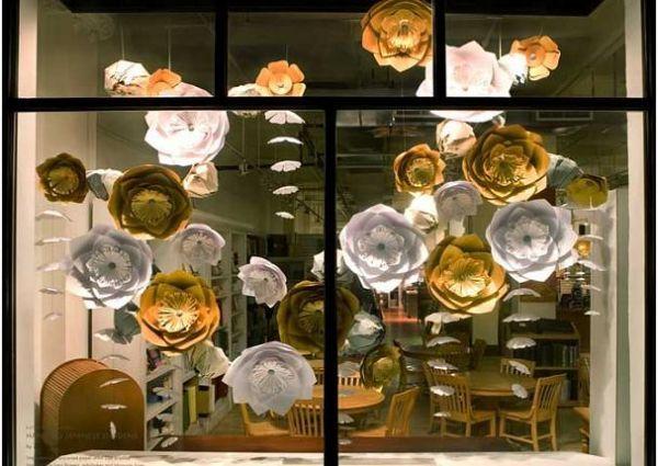 А руководство этого заведения решило бумажные цветы сделать своей изюминкой в интерьере и не прогадало.