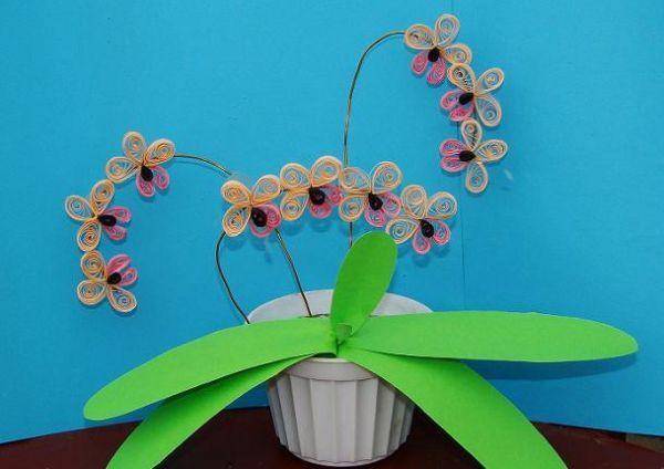 Орхидея в исполнении начинающей или маленькой мастерицы. Мне нравится то, что бумажные полоски бывают различных цветов и оттенков.
