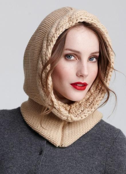 Шлем отлично соединяет шапку с шарфом. Он бывает цельный, на пуговицах, крючках или молнии.