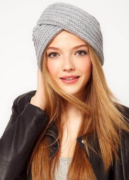 С первого взгляда ощущение, что у девушки на голове просто намотан шарф, но на в самом деле это такая модель шапки.