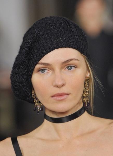 На этой модели шапка, скрещенная с беретом. Я б такую не советовала для тех, у кого есть челка.