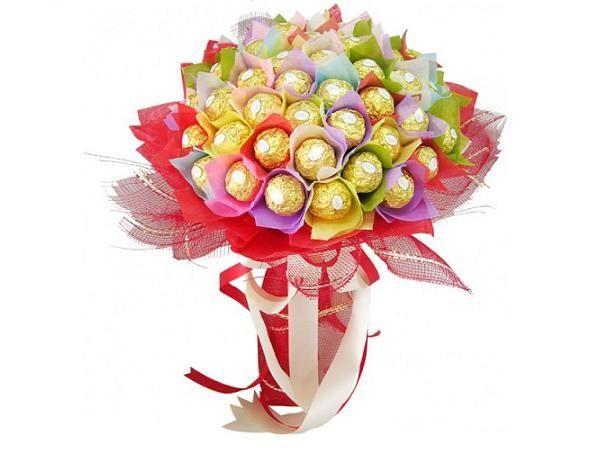 Если вы хотите букет с большим количеством цветов, то между ними не должно быть много дополнительных материалов, иначе он будет смотреться как воздушный шар.