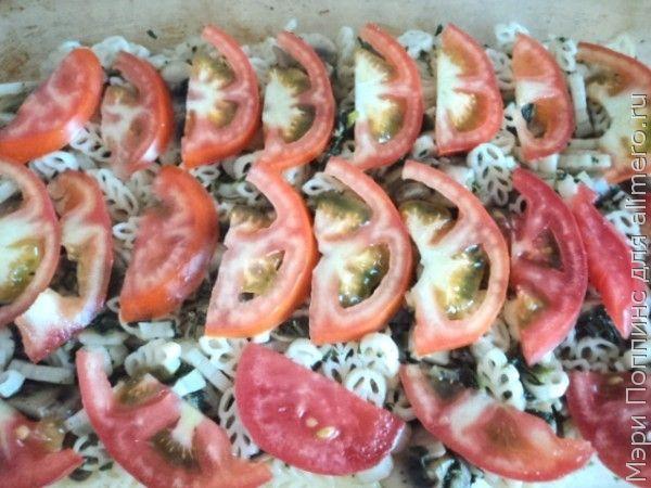 Запеканка из вермишели с грибами, с помидорами и шпинатом