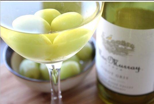 Отличный способ быстро охладить вино - добавить в него несколько замороженных виноградин (их, конечно же, нужно приготовить заранее). Специально для тех, кто не хочет портить вкус вина кубиками льда.