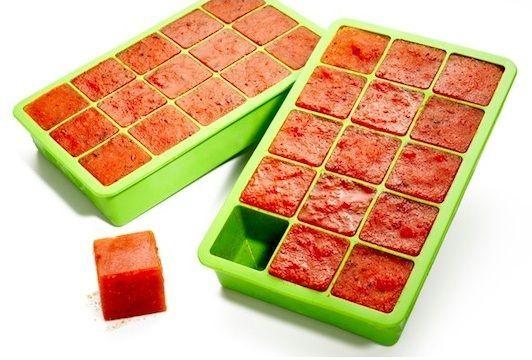 Замороженные на зиму кубики томатной пасты. Идею можно применять и для оставшегося бульона или соуса. Ведь в рецептах часто требуется добавить немного соуса или бульона.