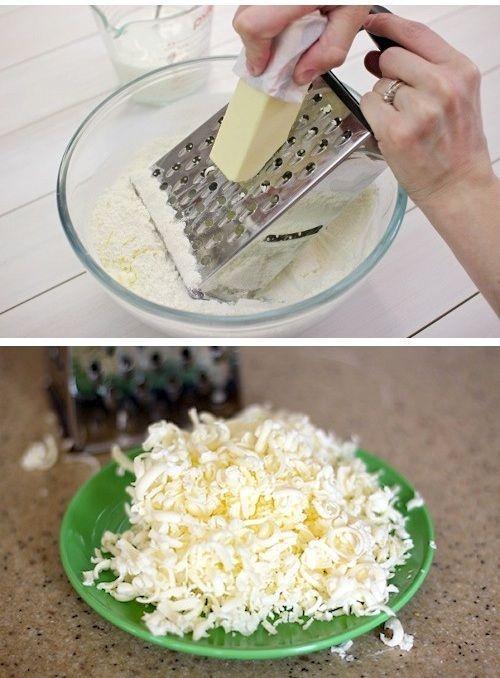 Работать с тертым сливочным маслом гораздо удобнее, чем с его куском или растопленным вариантом. Им можно посыпать блюда (пельмени, вареники), добавлять при вымешивании теста. А еще мне очень нравится тертое масло в котлетах. Конечно же, предварительно его нужно заморозить.