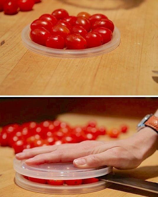 Работать с мелкими помидорами-черри не очень удобно. Особенно, если для блюда необходимо их аккуратно нарезать. В таких случаях непрменно воспользуйтесь этой идеей - и целая горстка помидоров будет аккуратно разрезана в мгновение ока!