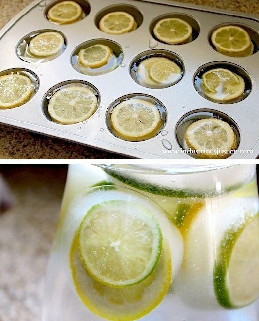 И еще одна идея для вечеринки! Обычные кубики льда для напитков - это скучно. Куда интереснее кубики с замороженными в них ломтиками лимона и/или лайма!