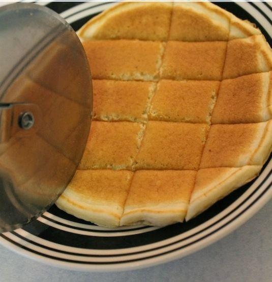 Если у вас есть колесико для разрезки пиццы, использовать можно и для пирогов. Это намного проще и быстрее, чем использование обычного ножа.