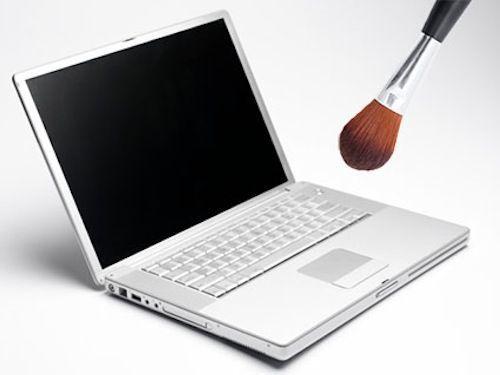 Если у вас есть ненужная кисть для рассыпчатой пудры, ее можно применить для чистки клавиатуры от пыли и мелкого мусора.