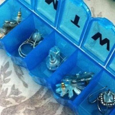 Контейнер для таблеток или бусинок можно использовать и для хранения украшений. Этот способ очень удобен в поездках.