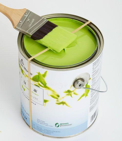 Снять с кисти излишек краски поможет обычная резинка для купюр. Согласитесь, это удобнее, чем тереть кисть о край банки.