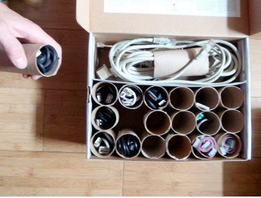 Еще одна идея для применения втулок - организация хранения всевозможных шнуров и кабелей. Кстати, их ведь можно и подписать при необходимости!