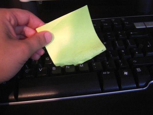 Еще один способ очистки клавиатуры - при помощи липкого стикера. Отличное приспособление для устранения пыли из труднодоступных мест под клавишами.
