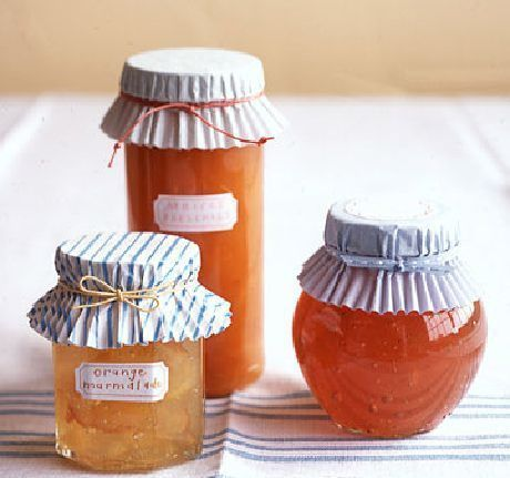 Бумажные формочки для кексов можно использовать в качестве декора баночек с консервацией. Закрепить их можно яркими ленточками или обычными резинками для купюр.