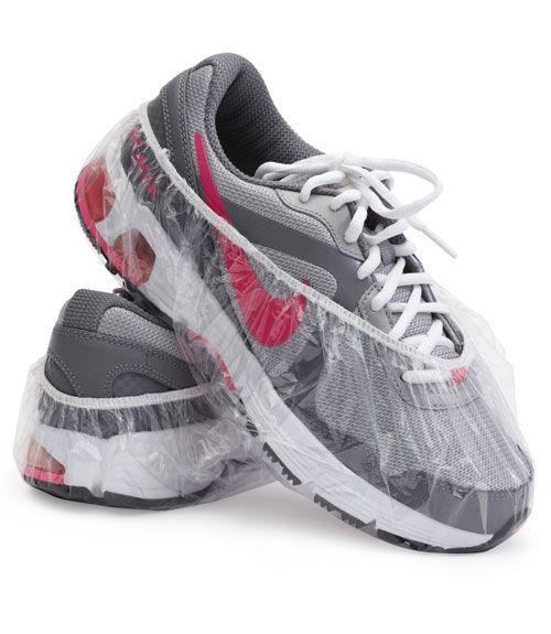 Еще одна идея для путешествующих - перевозить обувь удобно в одноразовых шапочках для душа. Обычно их можно взять в отелях совершенно бесплатно. Источник идей http://www.listotic.com