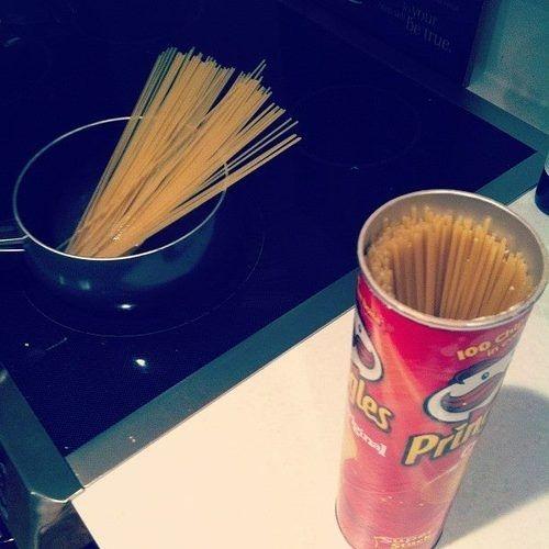 Контейнеры для хранения спагетти есть в продаже, правда, стоят немало, да и руки никак не доходят до покупки. Заменить их может обычная коробка из-под круглых чипсов.