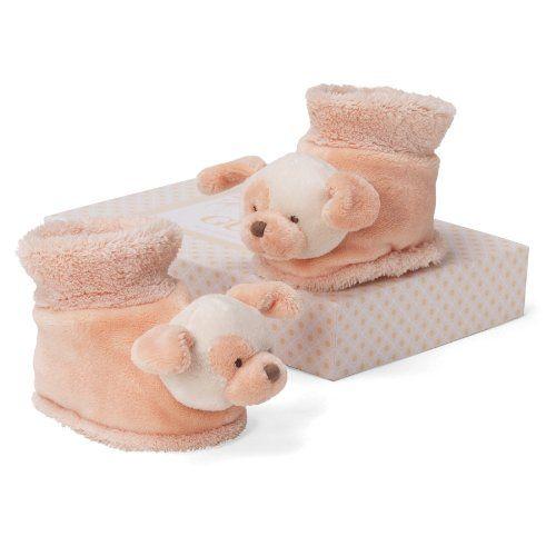 Обувь у малышей носит чисто декоративный характер, вместо нее обычно используют обычные носочки. Но если угадать с сезоном открытых ножек (весна-лето), то милые пинетки будут как нельзя кстати.