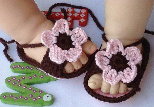 Еще один вариант обуви для самых маленьких. Связать такие сандалики под силу даже начинающим мастерицам - несколько часов и от детских ножек не отвести взгляд!