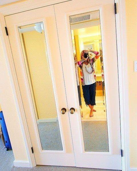 """Скучные однотонные двери мгновенно преобразит обычное зеркало. Таким образом получится """"убить сразу двух зайцев"""" - зрительно увеличить пространство и заполучить зеркало в полный рост."""