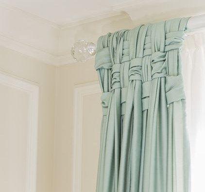 Еще один способ разнообразить внешний вид окна - необычное плетение из ткани. Казалось бы, ничего сложного, зато как оригинально, согласитесь!