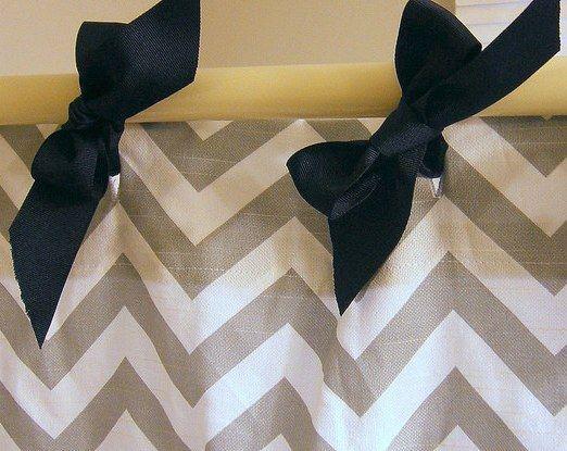 Обычные ленты из ткани можно завязать в виде бантиков в отверстия для душевой шторки. Если подобрать ткань контрастных цветов, такие бантики не останутся незамеченными.