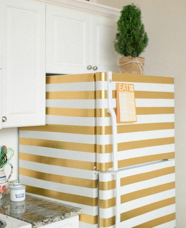Вот яркий пример применения цветной липкой ленты. Согласитесь, такой холодильник смотрится довольно оригинально. Главное здесь - наклеить скотч идеально ровно.