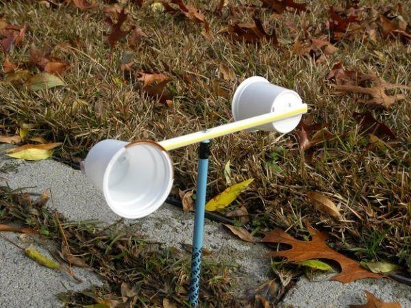 А этот вариант будет интересен детям постарше. Флюгер из стаканчиков сделать проще простого - понадобятся лишь соломинка, палочка и двухсторонний скотч!