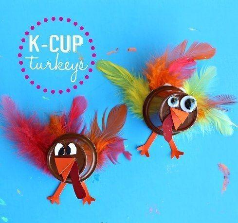 Еще одна простая поделка для малышей и дошкольников. Вместо перьев можно использовать полоски фольги или цветной бумаги.