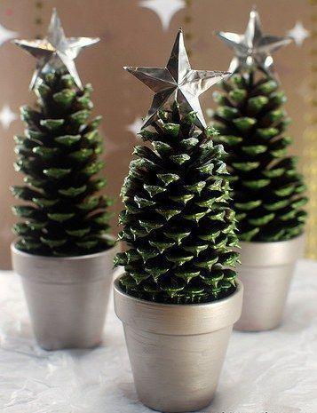Если у вас есть не только стаканчики, но еще и шишки, и даже серебристая краска (вместо нее подойдет лак для ногтей), то непременно стоит сделать вот такую новогоднюю поделку! источник идей: www.buzzfeed.com