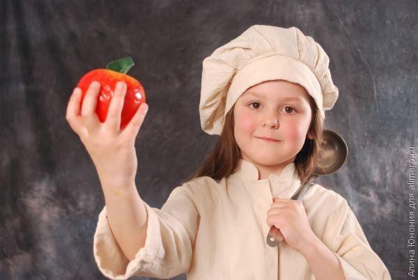 Ребенок на кухне — помощь или беспорядок?