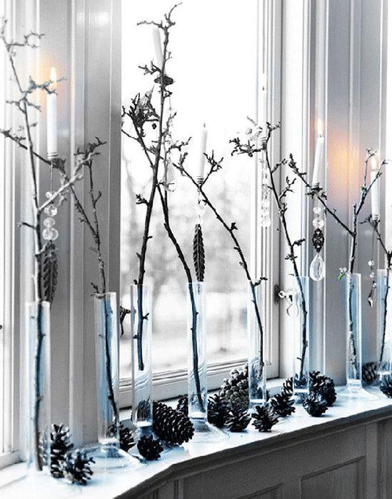 Простенько и со вкусом – это как раз про это украшение в виде веток в стеклянных вазах. Зато можно будет увидеть приближение весны – по распустившимся зеленым листочкам.