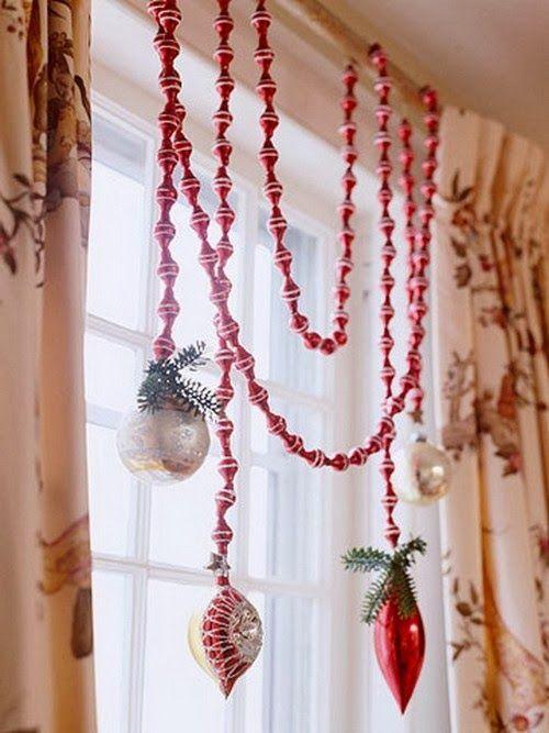 До последнего момента аналогичные стеклянные бусы висели у нас на елке. Но поскольку лет им было ого-го сколько, они расколотились. Жаль, можно было украсить ими окно.