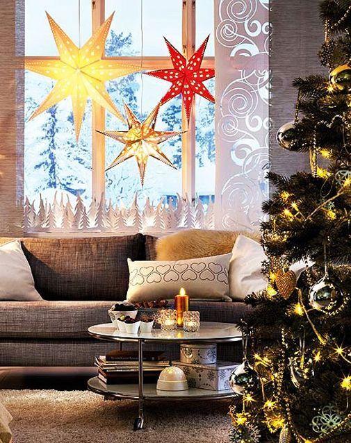 Такие звезды – это не только главное украшение окна, но и оригинальный фонарик. В каждую вставлена лампочка и звезды используются в качестве дополнительного освещения.