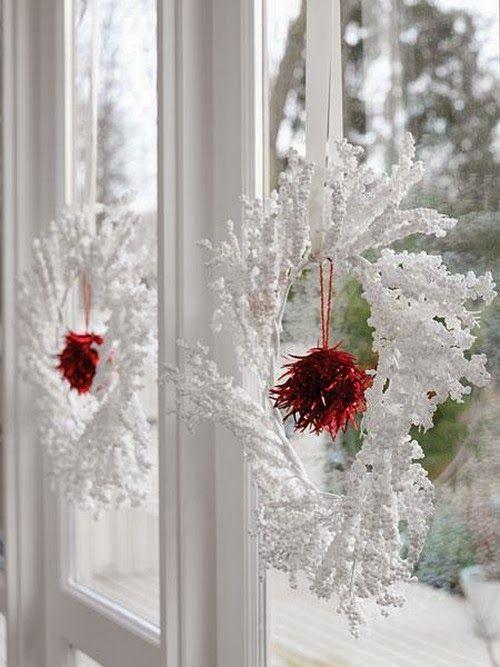 Красивая традиция – украшать дом рождественскими венками. Снежный венок будет уместен на каждом окне, т.к. белый цвет совместим с любыми оттенками и цветовой гаммой.