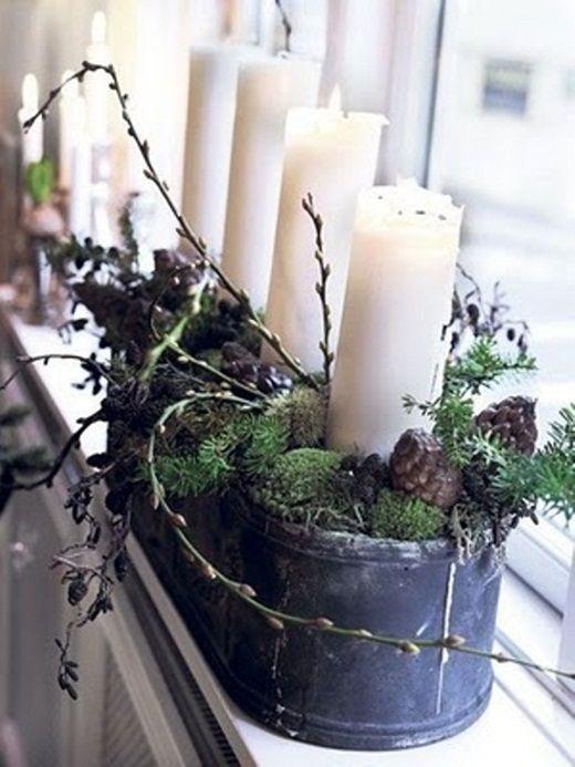 О таком декоре следует позаботиться заранее. Набрать по осени в лесу шишек, мха и веточек, а потом приобрести обычные свечи. Все просто, но какое уютное украшение получается в результате!