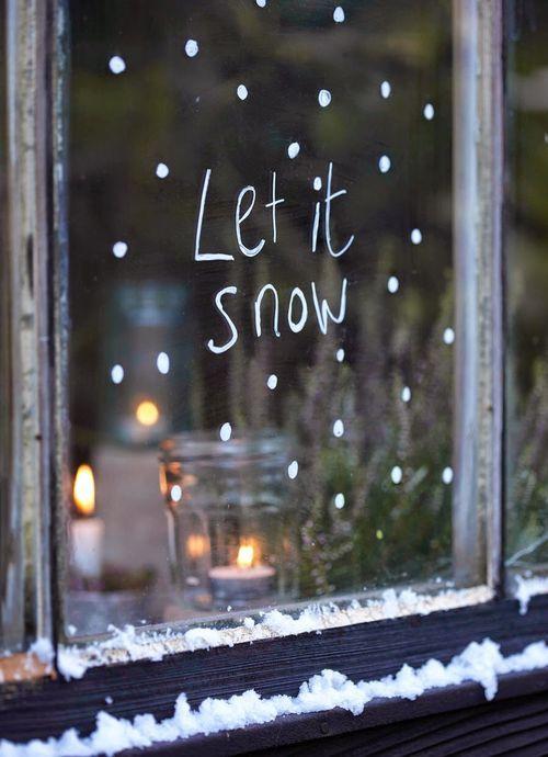 У нас в этом году совершенно не снежная зима. Пусть уже пойдет снег, хотя бы такой – нарисованный на стекле.