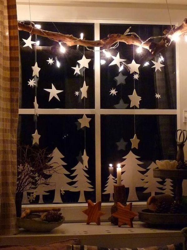 Настоящий сказочный лес появился на этом окошке. Здесь и елочки из бумаги, и звезды. А еще нашлось место для коряги и новогодних свечек.