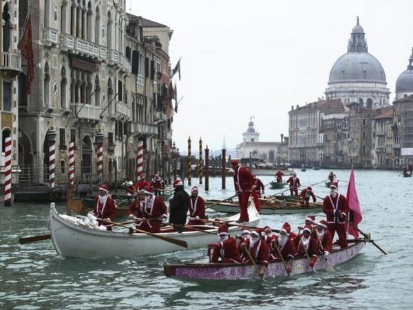 В канун Рождества и Нового года в Венеции проходит традиционное соревнование Санта Клаусов по гребле.
